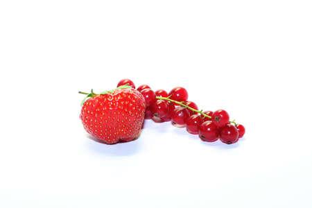 de fraise et de groseille rouge sur fond blanc
