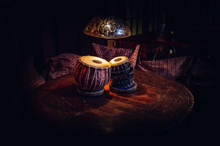 Tabla de instrumentos musicales étnicos en el interior del chill-out. Foto de archivo