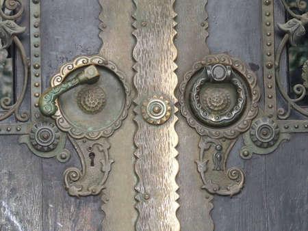 doorhandle: ornamental clench