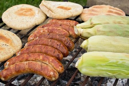smokies: Barbacoa al aire libre con smokies, el pan y el ma�z, tostado.