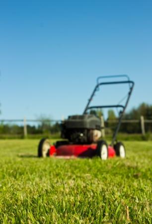 Red Rasenmäher out of focus mit frisch geschnittenem Gras im Vordergrund Standard-Bild - 14126514