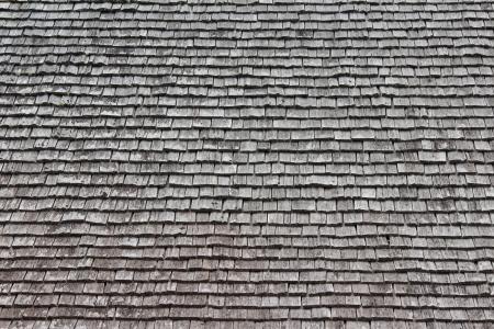 cedro: Filas de batidos ordenó en un tejado de la casa Foto de archivo