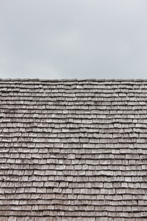 cedar shakes: Filas de batidos orden� en un tejado de la casa Foto de archivo