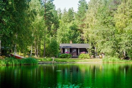 農村フィンランド湖によるコテッジ