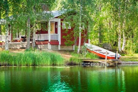 Cottage aan het meer op het platteland van Finland Stockfoto