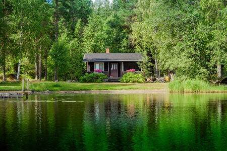 農村のフィンランドの湖によるコテッジ