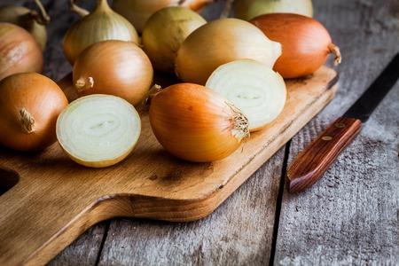 cebolla blanca: Cebollas org�nicas frescas en un fondo de madera Foto de archivo