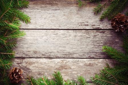 松の木、素朴な木製の板とクリスマスの背景