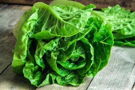 ensalada verde: maduro ensalada verde org�nico Romano en el fondo de madera r�stica Foto de archivo
