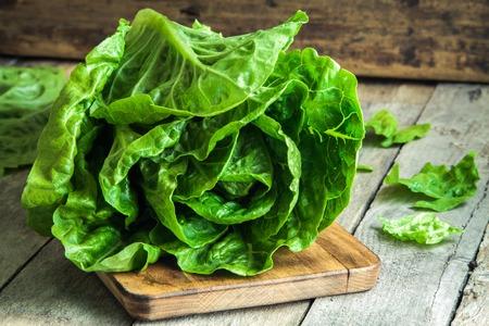 ensalada verde: maduro ensalada verde org�nico Romano en una tabla de cortar Foto de archivo