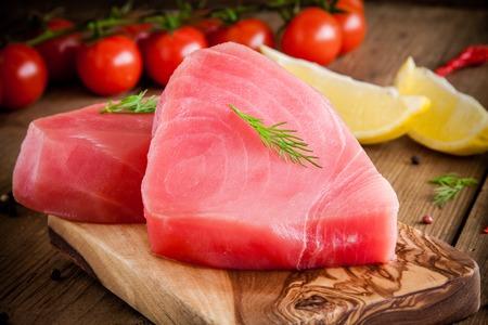Rauwe tonijnfilet met dille, citroen en cherrytomaatjes in olijf snijplank