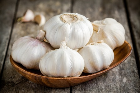 garlic clove: Organic garlics in the bowl on a wooden rustic table