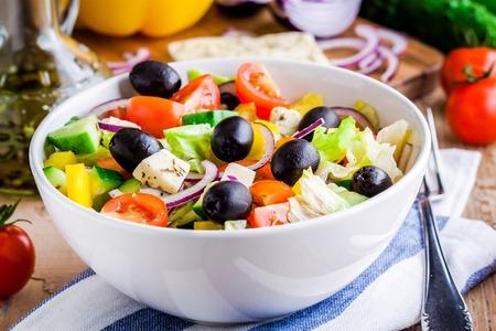 ensalada tomate: Ensalada griega de vehículos ecológicos con los tomates, pepino, cebolla roja, aceitunas y queso feta