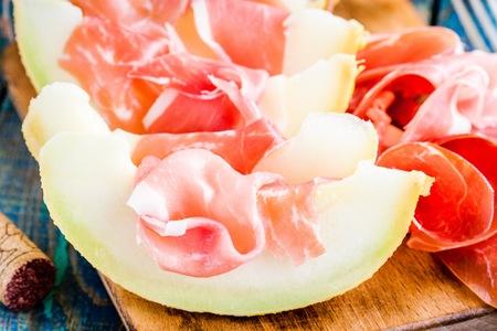 Melon frais avec de fines tranches de prosciutto Banque d'images - 40379936