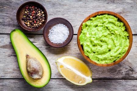 aguacate: Ingredientes para el guacamole hecho en casa: aguacate, lim�n, sal y pimienta vista superior