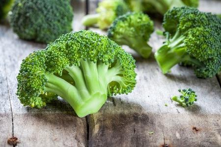 Fresh raw organic broccoli on wooden rustic background Foto de archivo
