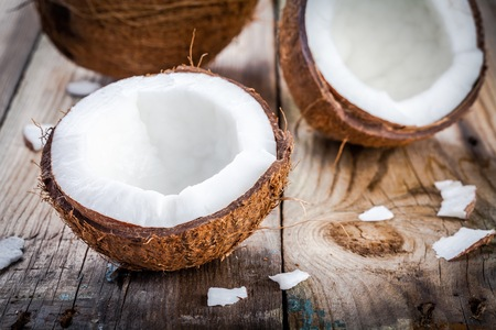 cocotier: noix de coco organique fraîche sur fond de bois rustique Banque d'images