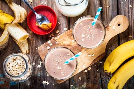 colazione: Prima colazione sana: frullato di banana con farina d'avena, burro di arachidi e latte