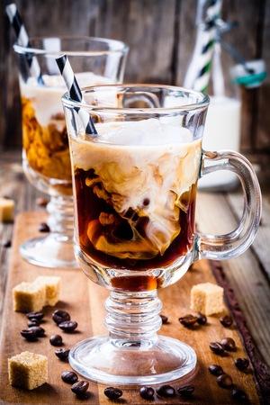 tazas de café irlandés en el vector de madera