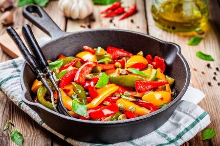 cucina italiana, peperonata: arrostito peperone con capperi e basilico in una padella