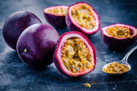 Fruta de la pasión orgánica madura sobre fondo oscuro Foto de archivo - 64616560