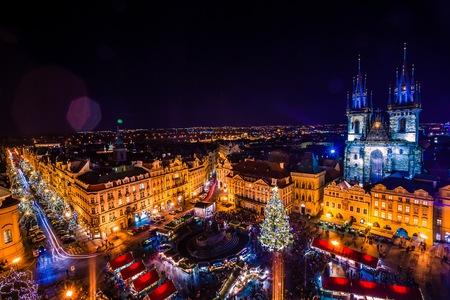 PRAAG, Tsjechië - 22 december 2015: het Oude Stadsplein in Praag, Tsjechië