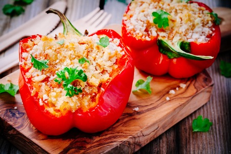 vegetarian stuffed paprika peppers with breadcrumbs and parsley 版權商用圖片 - 85235637