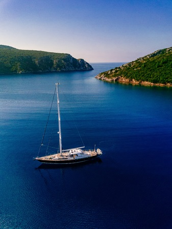 Aerial view to Yacht in deep blue sea. Drone photography Stockfoto