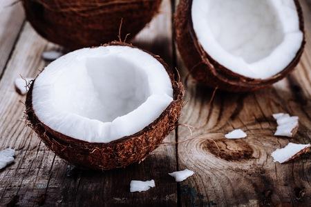 Noix de coco biologique fraîche sur fond de bois rustique
