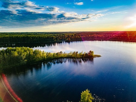 Aerial view of blue lakes landscape with green forests on a sunny summer day in Finland. Drone photography from above 免版税图像