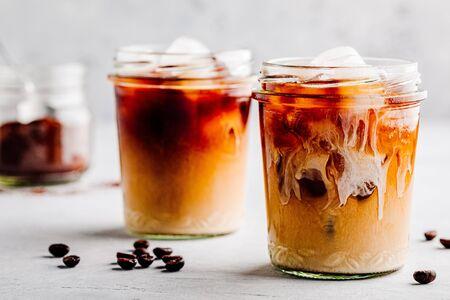Caffè ghiacciato con vaniglia e cardamomo latte di mandorla su sfondo di pietra grigia