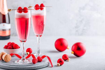 粉红色的覆盆子含羞草鸡尾酒用香槟或促进新的一年