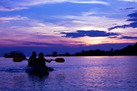 ocean kayak: Kayak en el ocaso, isla de Koh Chang, Tailandia