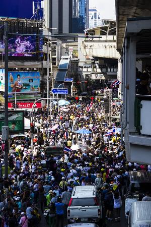 BANGKOK, TAILANDIA, 13 de enero: Día grande en Asoke Anti-Thaksinomics y manifestantes del gobierno Yingluck pidiendo la reforma antes de las elecciones en Bangkok, Tailandia.