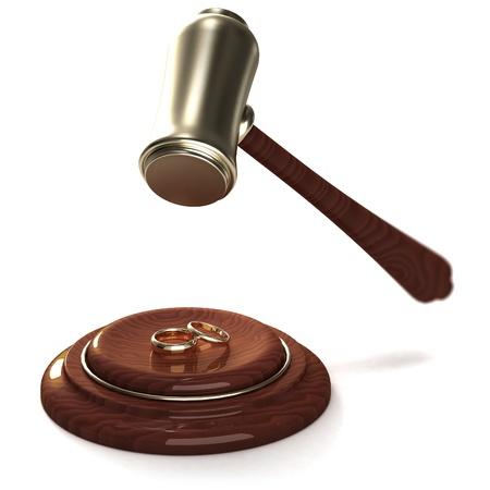 problemas familiares: Martillo romper los anillos de oro como un divorcio, en blanco