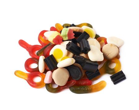 gelatina: Pila de caramelos a base de gelatina aisladas sobre el fondo blanco
