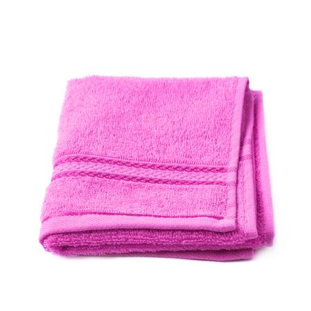 Single paars roze badstof handdoek die over de witte achtergrond Stockfoto