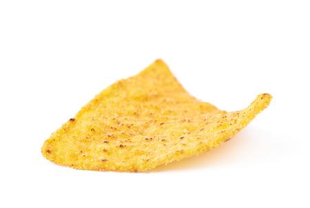 tortilla de maiz: solo chip de tortilla de maíz amarillo aislado sobre el fondo blanco