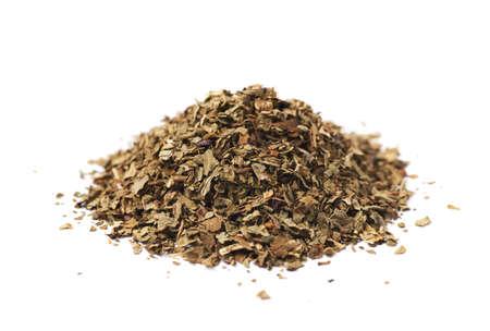 albahaca: Pila de albahaca seca condimento aislada sobre el fondo blanco Foto de archivo