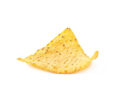 tortilla de maiz: solo chip de tortilla de ma�z amarillo aislado sobre el fondo blanco