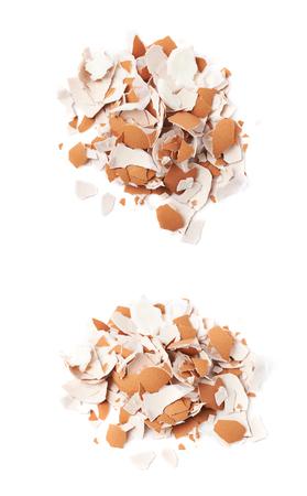 Pile de coquilles d'?ufs fêlés isolé sur le fond blanc, set de deux raccourcis différents