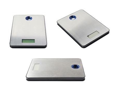 balanza de laboratorio: escamas metálicas de acero cocina digitales aisladas sobre el fondo blanco, conjunto de tres diferentes escorzos