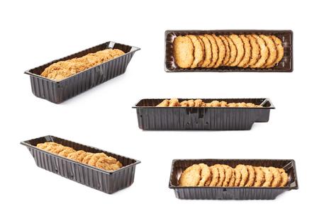 galletas: caja de plástico llena de harina de avena fina galletas aisladas sobre el fondo blanco, un conjunto de cinco diferentes escorzos