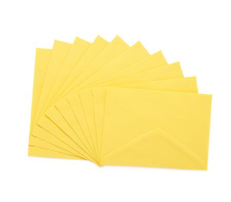 letter envelopes: Pila de varios sobres de letras amarillas aisladas sobre el fondo blanco