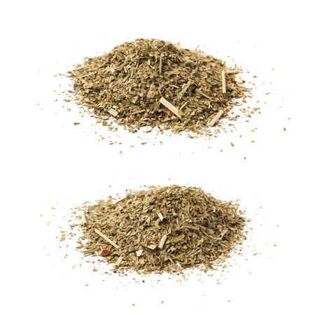 yerba mate: Pila de yerba mate seca las hojas aisladas sobre el fondo blanco, conjunto de dos escorzos diferentes Foto de archivo