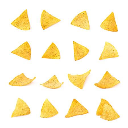tortilla de maiz: chips de tortilla de maíz amarillo único aislado sobre el fondo blanco, sistema de múltiples escorzos diferentes