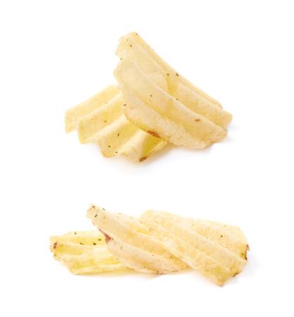 Pocas patatas fritas crujientes, composición aislada sobre el fondo blanco, conjunto de dos escorzos diferentes