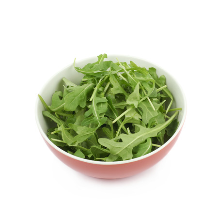 roquette: Red ceramic bowl full of rocket salad leaves isolated over the white background
