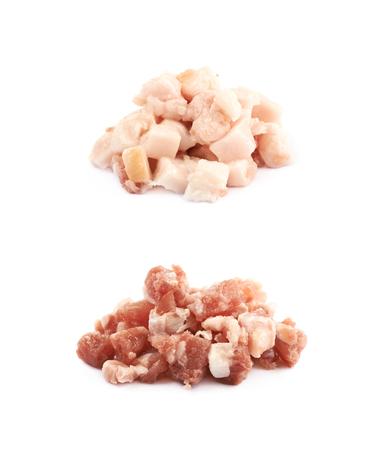 pancetta cubetti: Mucchio di bacon cubo bit, set di due immagini, prima e dopo la frittura, isolato sullo sfondo bianco