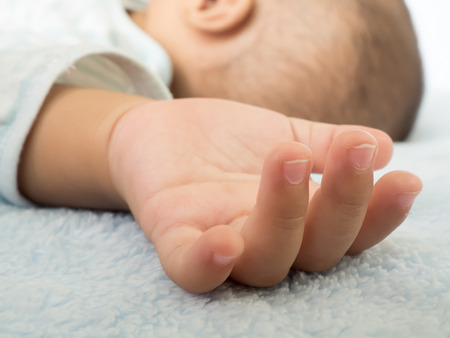 bébé qui dort peu de main